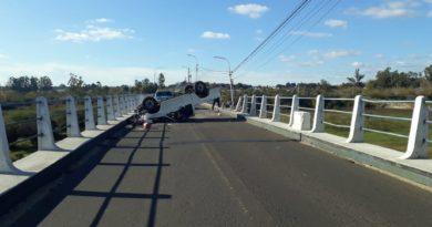 Camioneta volcó en el Puente Alvear