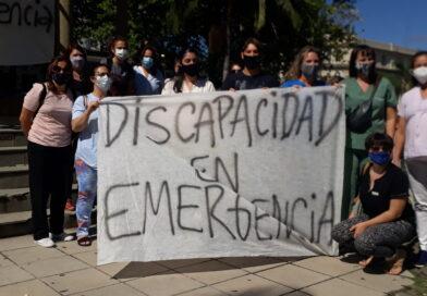 Protesta en la plaza principal por aumento para trabajadores de áreas de discapacidad